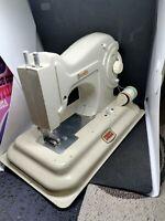 Maquina de coser infantil eléctrica antigua de juguete marca española Anabella