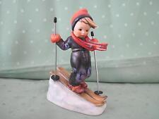 Schöne Hummel Figur als Junge mit Skier
