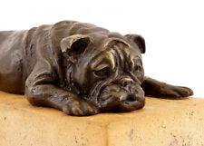 Tierbronze - Lauernde Britische Bulldogge auf Naturstein, signiert
