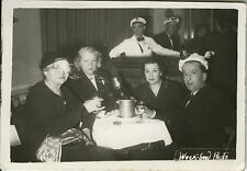 PHOTO ANCIENNE - VINTAGE SNAPSHOT -GROUPE FÊTE ALCOOL TABLE CHAMPAGNE DRÔLE 1952