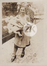 LA PORTEUSE DE POUPEES Jouet Femme Neige Rue Noël Photo 1920s