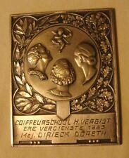 Eremedaille Coiffeurschool H. Verbist aan leerlinge Dierick Dorethe in 1965