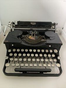 VINTAGE 1920/1930 ROYAL MODEL P TYPEWRITER IN CLASSIC BLACK WITH CASE