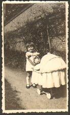 PHOTO ENFANT AVEC POUPEE & LANDAU