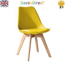 Chaises jaunes en plastique pour la maison