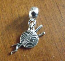 pendentif argenté boule de laine et aiguilles à tricoter  26x13 mm