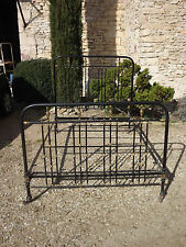 Ancien lit à barreaux en fer