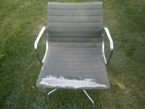 """Original Eames Alu Chair , """"Charles Eames"""" von Vitra, Drehsessel mit vier Füßen"""