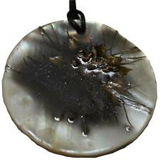 Ciondolo tondo in madreperla e fiori secchi fatto a mano modello black