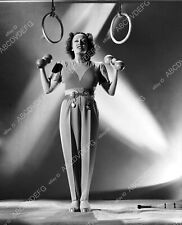 8b20-12392 athletic Gloria Swanson working out with the dumb bells 8b20-12392