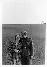 Foto Wehrmacht Soldat mit Frau in Elgenau Ostpreußen 2.WK