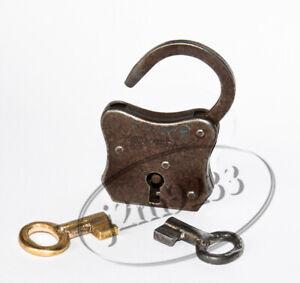 Ancien petit cadenas en tôle d'acier