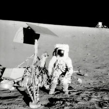 Photo Nasa - Apollo 12 Pete Conrad sur la Lune à côté de Surveyor 3