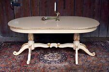Table de repas salle à manger beige et doré à la feuille d'or d'un château