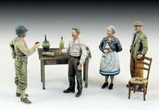 Royal Model 1/35 US Soldier who Drinks w/Civilians (4 Figures & Accessories) 803