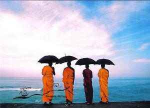 Kunstkarte - The Monks and the Sea / Die Mönche und das Meer / Mönche mit Schirm