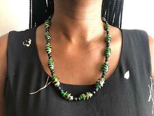 Handgemachte afrikanische Halskette aus liebevoll bemalten, grünen Steinen