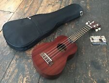 Makala MK-S Soprano Ukulélé muni d'Aquila Strings y compris Case & tuner