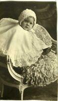 PHOTO un bébé baby  prenant la pose bonnet dentelles circa 1900