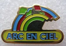 Pin's Association Arc En Ciel bleu rouge jaune vert #1257