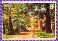 Vichy - un coin du parc et le pavillon de la source des celestins