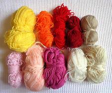 Lot de 33 pelotes de laine aux couleurs et textures variées