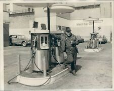 1974 Press Photo 1970s Mobile Service Station Attendant at Gas Pumps NYC
