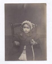 PHOTO ANCIENNE Enfant Mètre couturière Jeu Jouet Vers 1900 Fille Bonnet Chaise