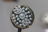 Wunderschön und sehr attraktiv bestickter Perl-Zierknopf - grün - wohl ab 2010