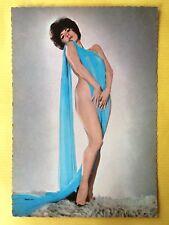 Vintage Postcard Pin Up 1970s - Mooie vrouw met blauwe sjaal