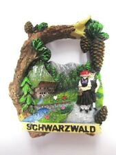 Schwarzwald Tracht Haus Zapfen Baumrinde Poly Magnet Souvenir Germany