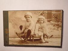 Berlin - 2 kleine Kinder - Junge & Mädchen auf einem Schlitten - Winter / CDV