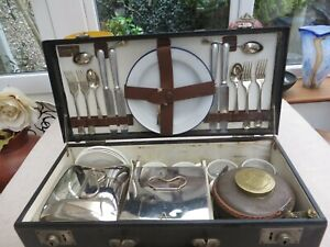 Stunning Art Deco Corale picnic set for 4 with straw handle kettle on burner