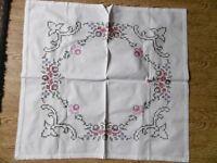 Deckchen-Mitteldecke-Tischdecke-Stickerei-Handarbeit Kreuzstich 68 x 72cm