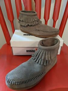 NEW Minnetonka Moccasins Gray Fringed Leather Boots Shoes Girls Size 4 Youth