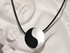 Handgefertigte Modeschmuck-Halsketten & -Anhänger mit Perlmutt-Beauty