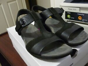 Hush Puppies black leather Margo Irvine sandals size 9 in great condition