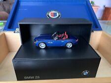 BMW Z8 Roadster E52, ALPINA, RV8 Cabrio Diorama Box 1/43 Modell Minichamps