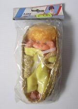 """Vintage années 1980 6"""" plastique bébé maggie poupée dans un roseau couffin jaune châle"""