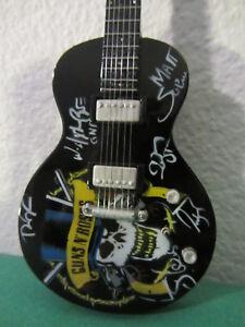 "Guitare miniature  "" GUNS'N ROSES "" avec support"