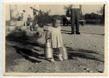 Enfant avec pots de lait - photo ancienne an. 1948