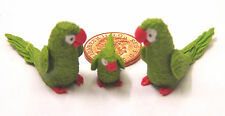 1:12 Scale 2 Parents & A Baby Green Parrot Dolls House Miniature Exotic Birds P2