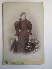 Aussig a. d. Elbe - stehende Frau im Kleid - Portrait / KAB
