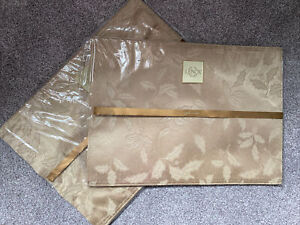 Lenox Gold Holly Placemats Set of 8 Damask Shimmer Berries Christmas Winter NYE