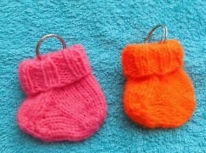 2 kleine Socken  als  Schlüsselanhänger /  handgestrickte (9)
