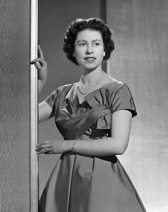 Queen Elizabeth Ii Poses For A Portrait At Buckingham Palace 1 1958 OLD PHOTO