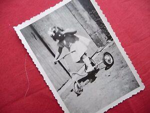 PHOTOGRAPHIE ANCIENNE ,enfant , fillette sur tricycle , vélo , photo 1947