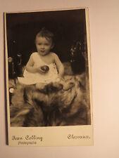 Clervaux - auf einem Fell sitzendes kleines Kind - Baby / CDV