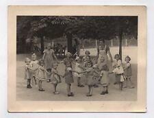 PHOTO ANCIENNE Enfant Petite Fille École Ronde Cours d'école Maîtresse vers 1950