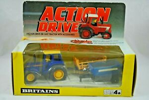 BRITAINS Action Drive JOHN DEERE Type Farm Tractor HAY + FERTILIZER TRAILER MIB